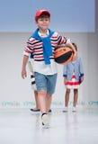 蓝色方式闪光摄影师显示色彩 孩子,指挥台的男孩 免版税库存图片