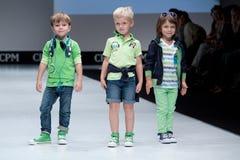 蓝色方式闪光摄影师显示色彩 孩子,指挥台的男孩 免版税库存照片