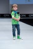 蓝色方式闪光摄影师显示色彩 孩子,指挥台的男孩 库存图片