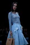 蓝色方式闪光摄影师显示色彩 指挥台的妇女 库存图片