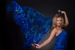 蓝色方式飞行围巾妇女 库存图片