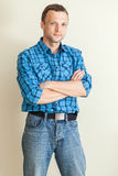 蓝色方格的衬衣的年轻白种人人 免版税库存照片