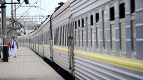蓝色旅客列车离开火车站 影视素材