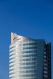 蓝色旅馆塔在清楚的蓝天下 免版税库存照片
