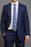 蓝色无尾礼服的人有浅兰的领带的 免版税库存照片