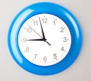 蓝色时钟办公室 免版税图库摄影