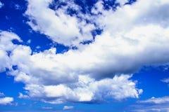 蓝色明亮的云彩天空白色 库存照片