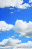 蓝色明亮的云彩天空 免版税库存图片