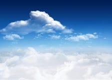 蓝色明亮的云彩天空 库存照片
