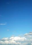 蓝色明亮的云彩蓬松天空 免版税库存照片