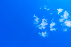 蓝色明亮的天空 免版税库存照片