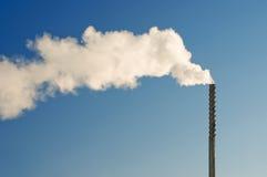 蓝色明亮的黑暗的管道天空烟 免版税库存图片