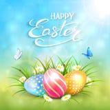 蓝色晴朗的背景用在草的复活节彩蛋 免版税图库摄影