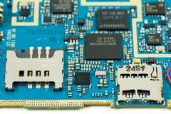 蓝色智能手机电路boardshowing的sim卡片槽和sd拟订s 免版税库存照片