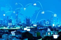 蓝色有事互联网连接线的夜现代城市  库存照片
