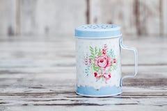 蓝色有花卉样式的罐子金属搽粉的糖振动器 免版税库存图片