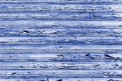 蓝色木墙壁板条难看的东西纹理背景由对元素的长的暴露风化了 免版税库存照片