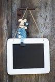 蓝色木复活节兔子坐黑板和做adver 免版税库存图片
