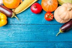蓝色木桌照片与秋天菜的 库存图片