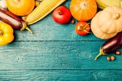 蓝色木桌照片与秋天菜的 图库摄影