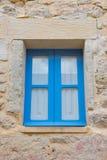 蓝色木窗口在一个石房子里 库存图片