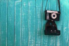蓝色木背景背景和葡萄酒照相机 库存图片