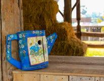 蓝色木wateringcan 免版税库存图片