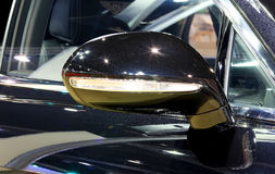 蓝色本特利系列飞行踢马刺W12豪华汽车后视镜  免版税图库摄影