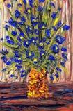 蓝色束开花停止的生活油粉红色仍然制表花瓶 蓝色花花束在一个黄色花瓶的 免版税图库摄影