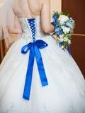 蓝色束腰新娘和新娘花束 图库摄影