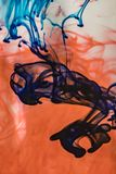 蓝色染料增加到红色染料 库存照片