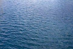 蓝色柔和的海洋水波 免版税库存照片