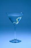 蓝色柠檬马蒂尼鸡尾酒被转移的转弯 免版税库存图片
