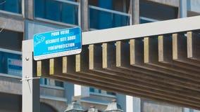 蓝色标志表明用法语:对您的安全,在录影下的站点 库存图片