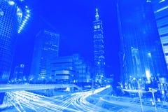 蓝色样式光从横跨Bu的车辆交通条纹落后 库存图片