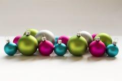 蓝色桃红色绿色银色圣诞节电灯泡圣诞节装饰 免版税库存图片