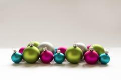 蓝色桃红色绿色银色圣诞节电灯泡圣诞节装饰 库存图片