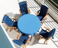 蓝色桌和椅子 免版税库存照片