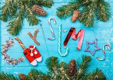 蓝色桌,词圣诞节的图象与云杉的分支的 库存照片