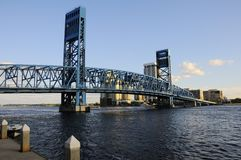 蓝色桥梁凹道杰克逊维尔 库存图片