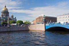 蓝色桥梁和圣以撒的大教堂 库存照片