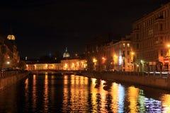 从蓝色桥梁在河水槽和喀山大教堂的圆顶的看法在晚上 彼得斯堡俄国st 免版税图库摄影