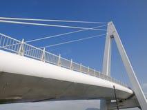 蓝色桥梁天空白色 免版税库存照片