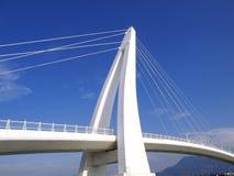 蓝色桥梁天空白色 库存图片