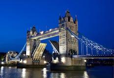 蓝色桥梁时数塔 库存图片