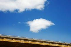 蓝色桥梁水泥天空 免版税库存图片