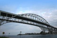 蓝色桥梁水 免版税库存图片