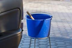 蓝色桶用在加油站的水 免版税库存图片