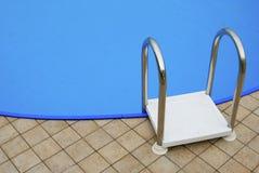 蓝色梯子池游泳 免版税库存照片