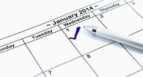 蓝色检查。在日历的标记在2014年1月1日与笔, n 库存图片